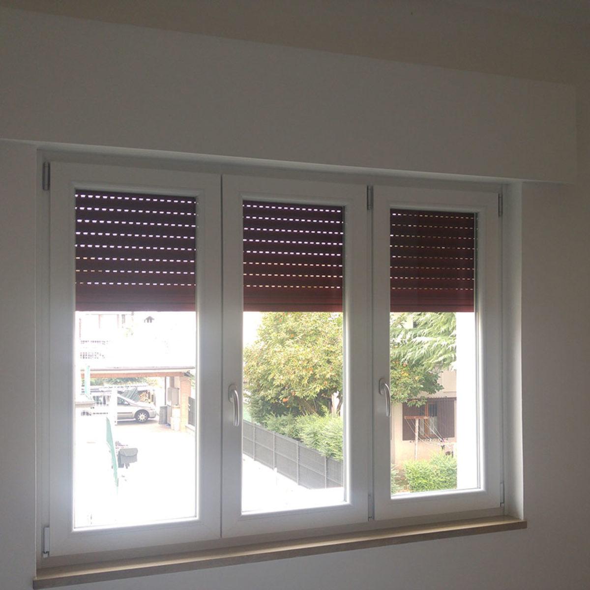 finestra in PVC bianco con cassonetto