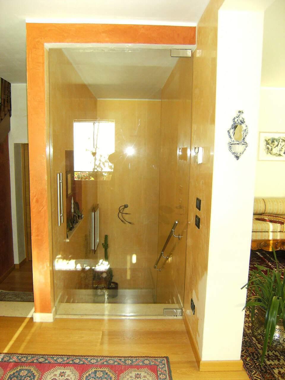 porta a vetri con cerniere idrauliche