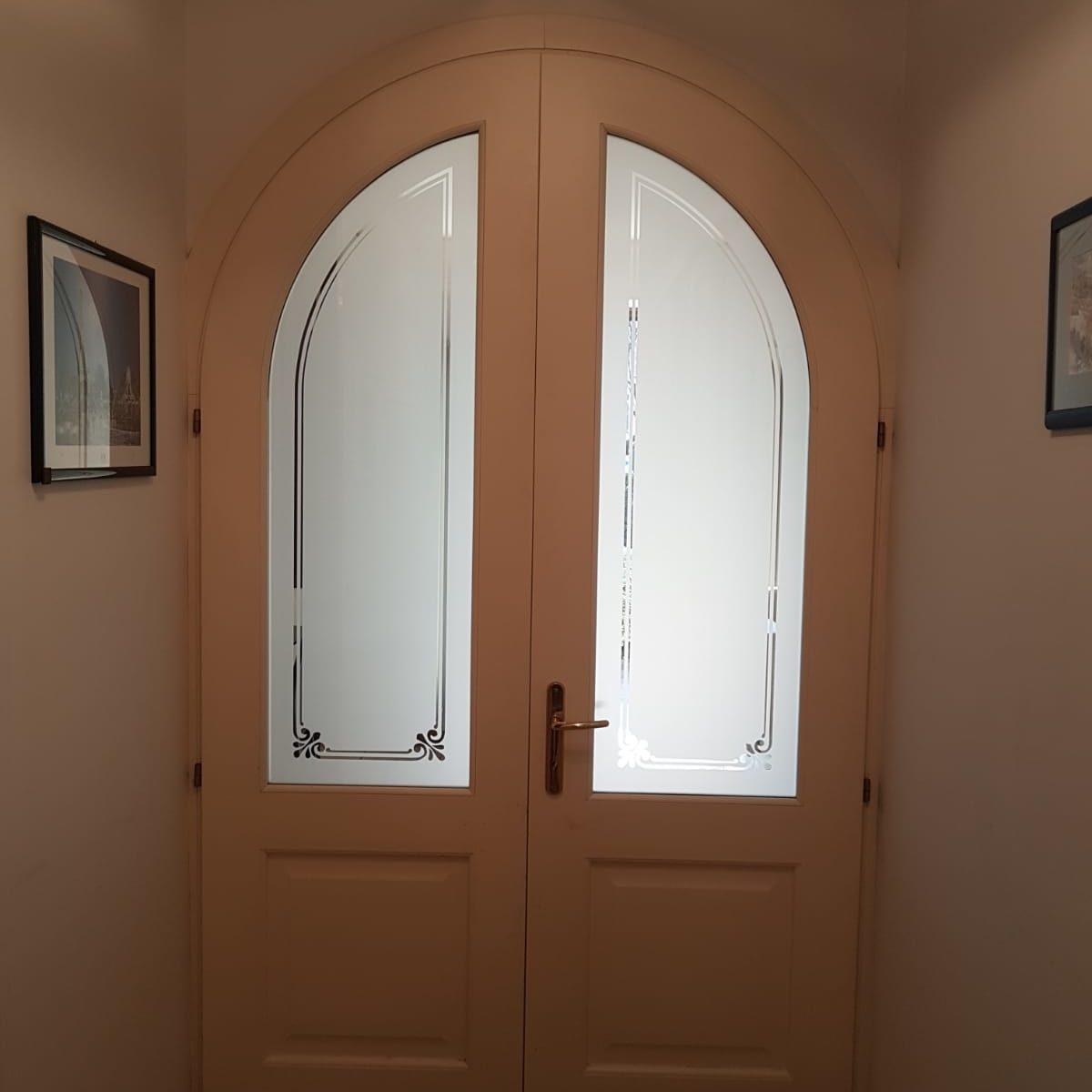 porta in legno con vetro decorato sabbiato